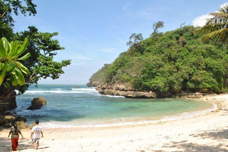 Pantai Ngeliyep yang tenang berpasir tenang
