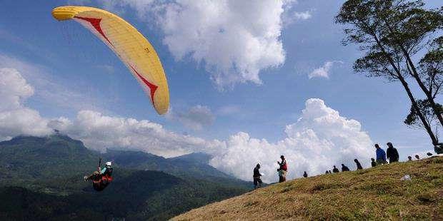 Paralayang di Gunung Haruman