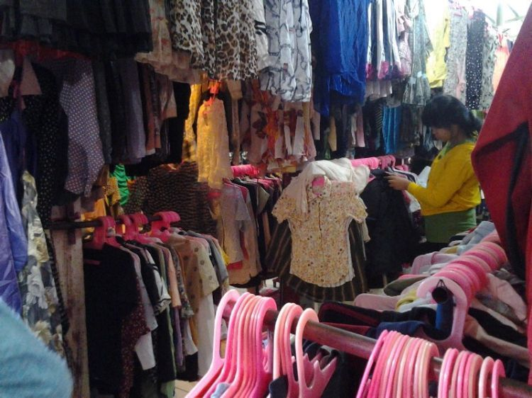 Surga baju bekas di pasar cimol