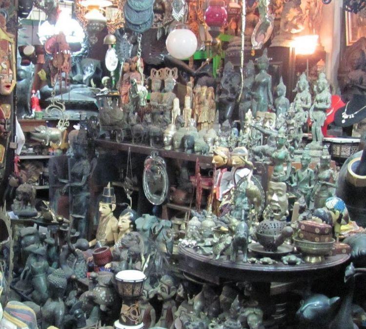 Silahkan berburu barang antik sepuas kamu di sini