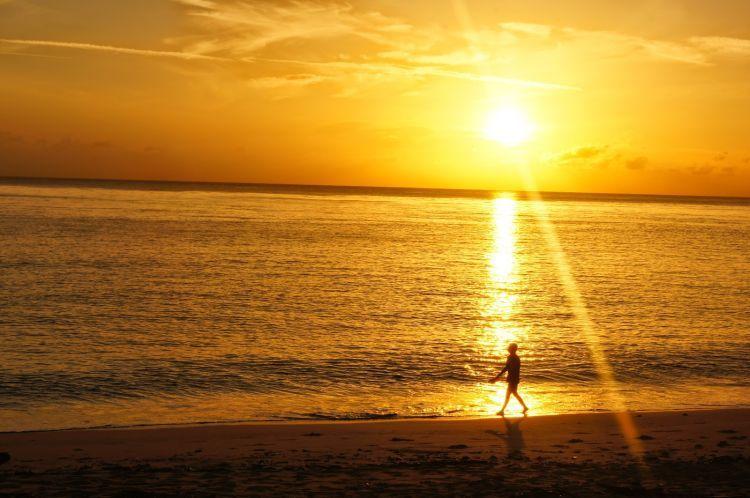 Menyambut pagi dengan melihat matahari terbut di Pantai Sumur tiga