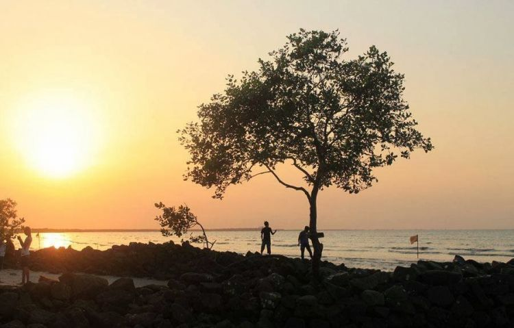 menanti matahari terbenam di Pantai Bunga Batubara