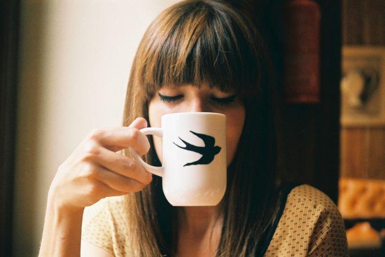 segelas teh hangat atau secangkir lemon hangat