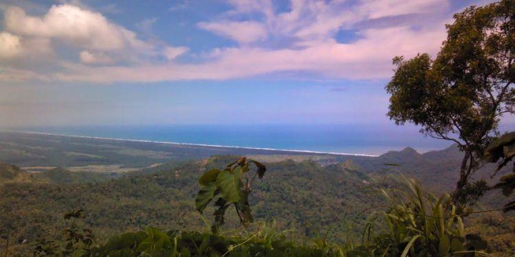 Pemandangan samudera Hindia dari puncak Gunung Duwur