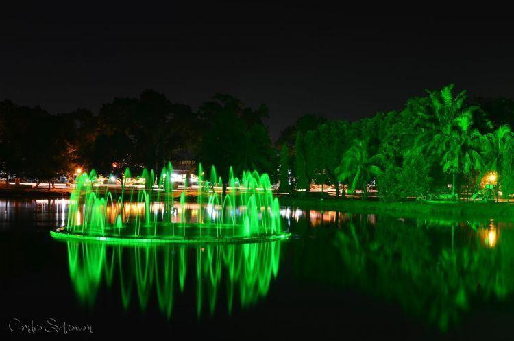 Air mancur di tengah danau KambangIwak Family Park