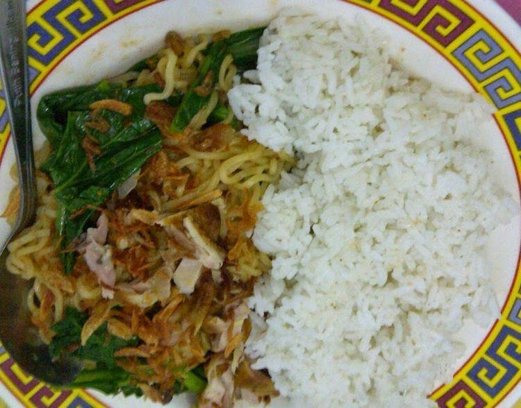 makan nasi pake mie itu Indonesia banget