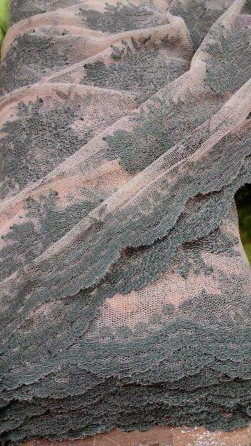 Brokat semi prancis: teksturnya tak sehalus brokat prancis, namun jauh lebih terjangkau
