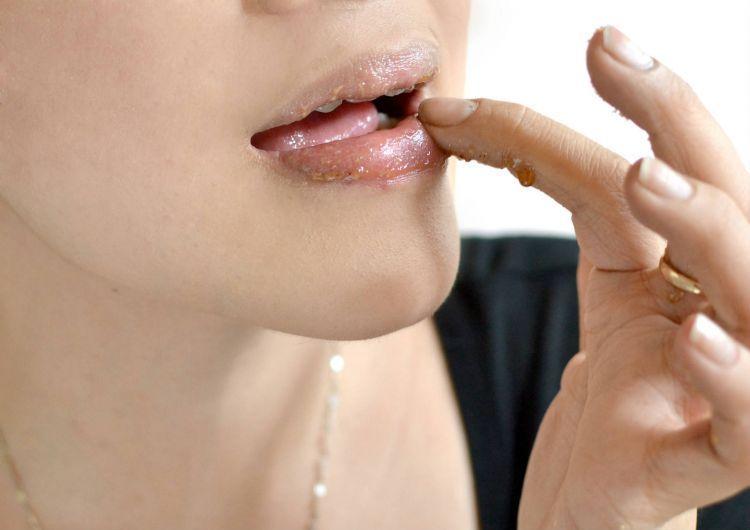 Madu juga bisa jadi solusi buat bibir keringmu