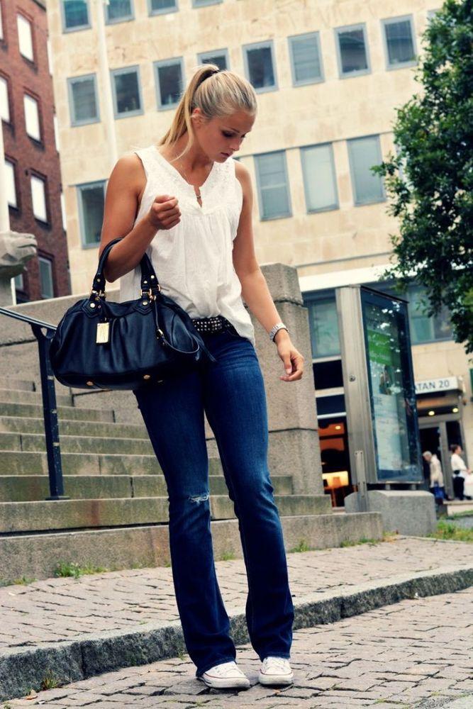Potongan celana bootcut yang slim fit bisa jadi pilihan