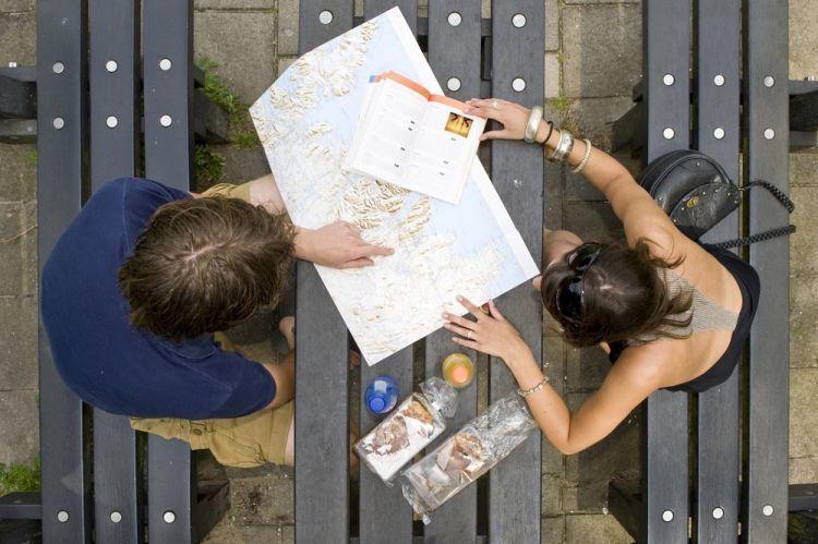 Mengupdate informasi perjalanan yang kamu butuhkan.