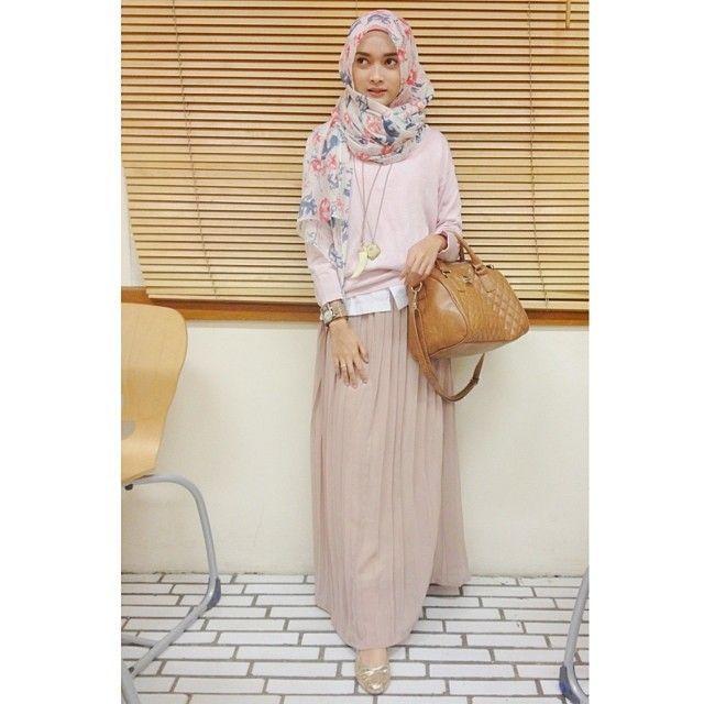 Tambahkan ikat pinggang dan flat shoes untuk gaya hijab malam minggumu