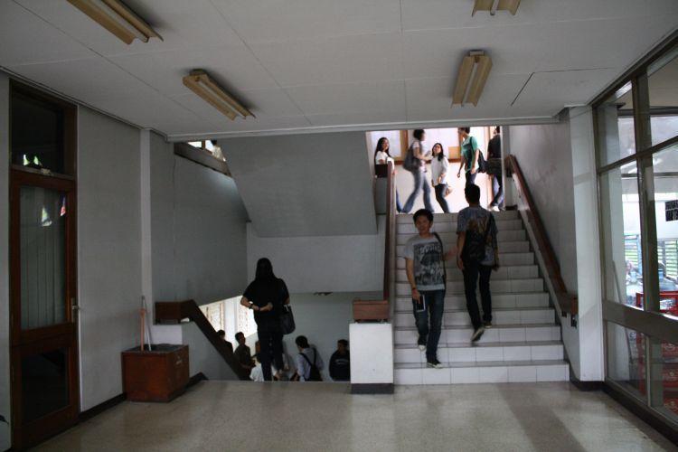 Manfaatkan tangga di kampusmu