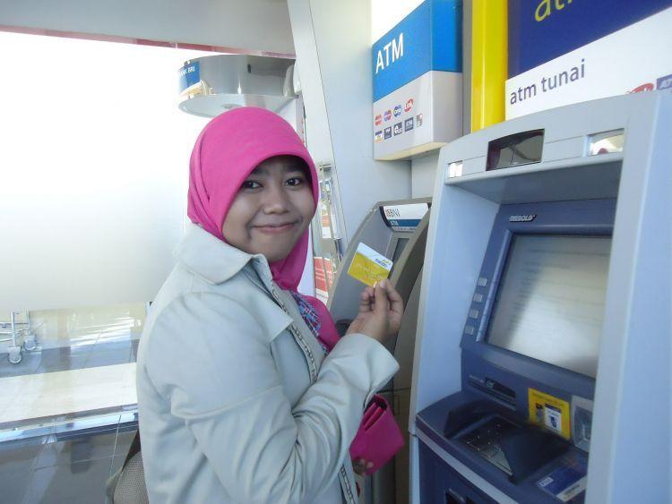 hindari sering2 memakai ATM bahkan kartu kredit