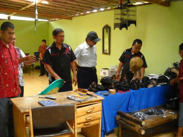 Sentra industri wig di desa Karangbanjar.