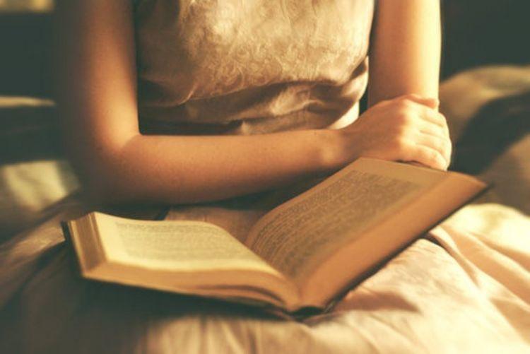 membaca buku diary lama