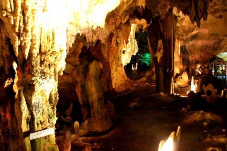 Keindahan batu stalagtit dan stalagmit di gua Maharani (dok. pribadi)