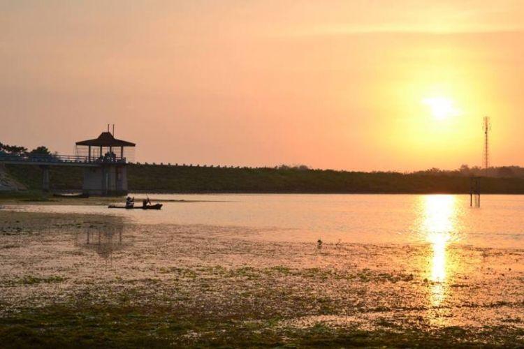 Suasana tenang Waduk Gondang di pagi hari