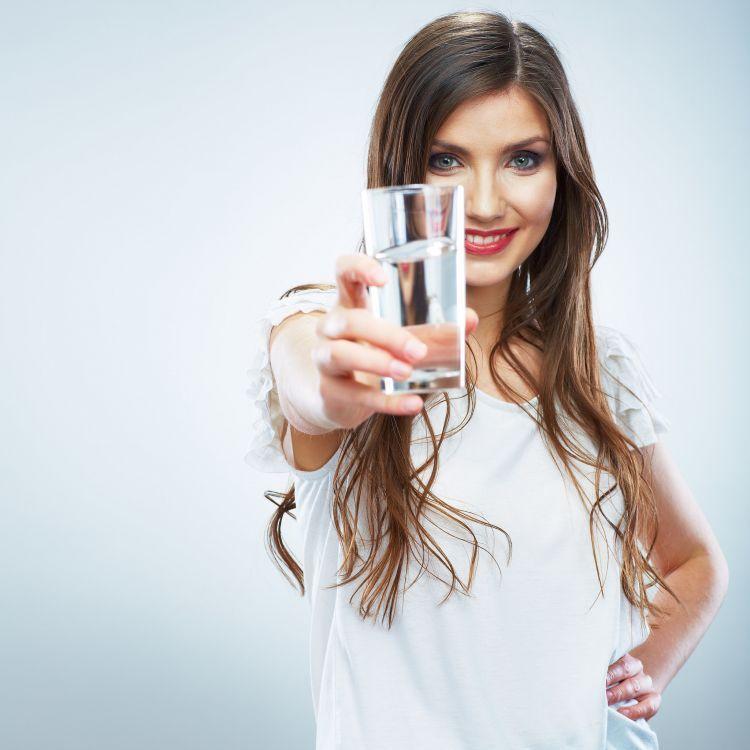 Minum air 2+4+2 biar segar saat berpuasa