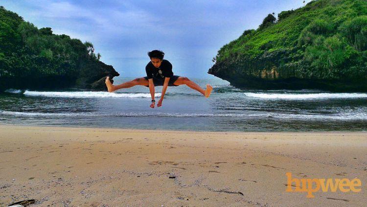 Signature jump dulu di Pantai Sedahan.