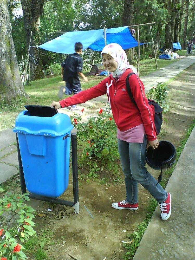 Kamu bisa mengurangi bencana dengan membuang sampah pada tempatnya