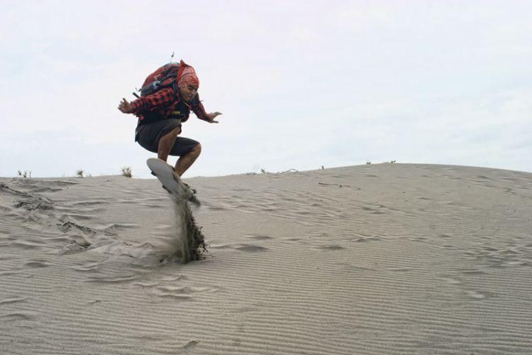 Tak bisa skateboarding, sandboarding pun jadi, di Gumuk Pasir