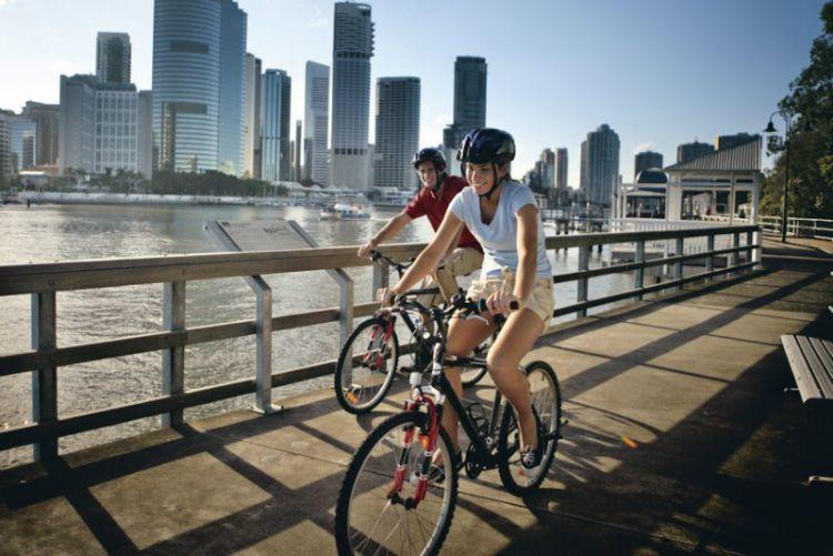 Sepedahan sama orang tercinta pasti gak bosen.
