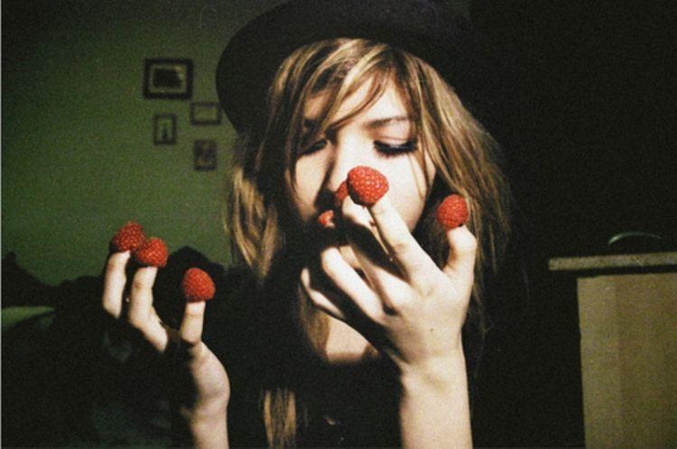 mengonsumsi buah-buahan