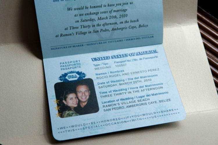 Kartu undangan unik berbentuk paspor