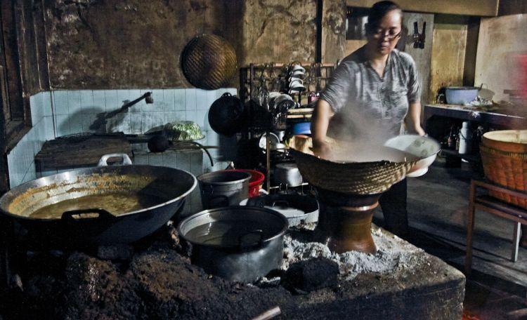 Menanak nasi dengan cara tradisional