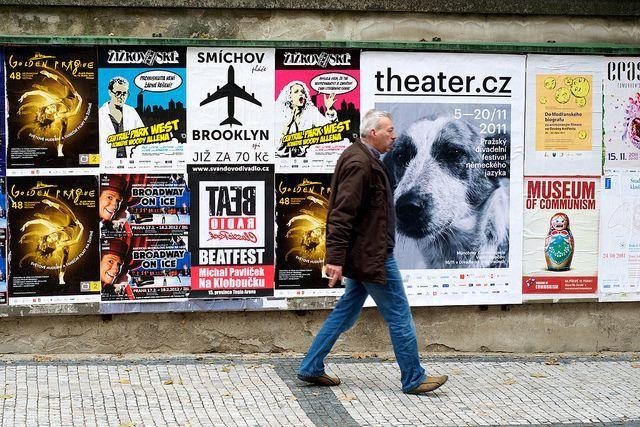 Baca iklan di pinggir jalan