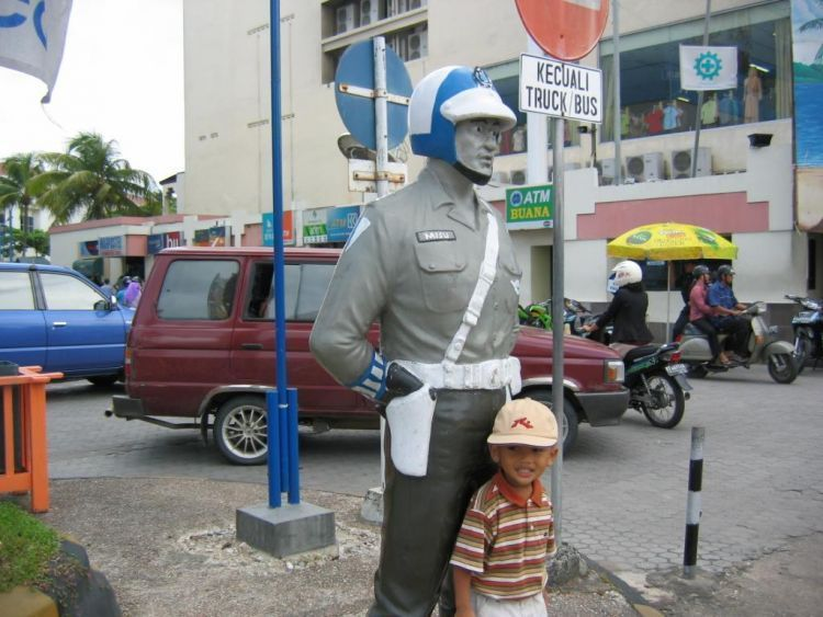Barenga (patung) pak polisi