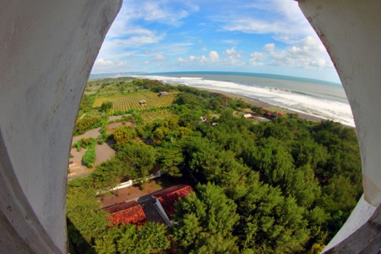 Pemandangan Pantai Pandansari dari atas mercusuar