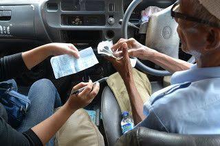Ngitung uang sambil nyetir, multitasker banget.
