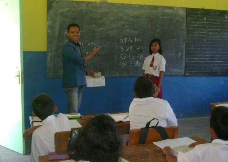 Bantu ngajar anak SD di desa