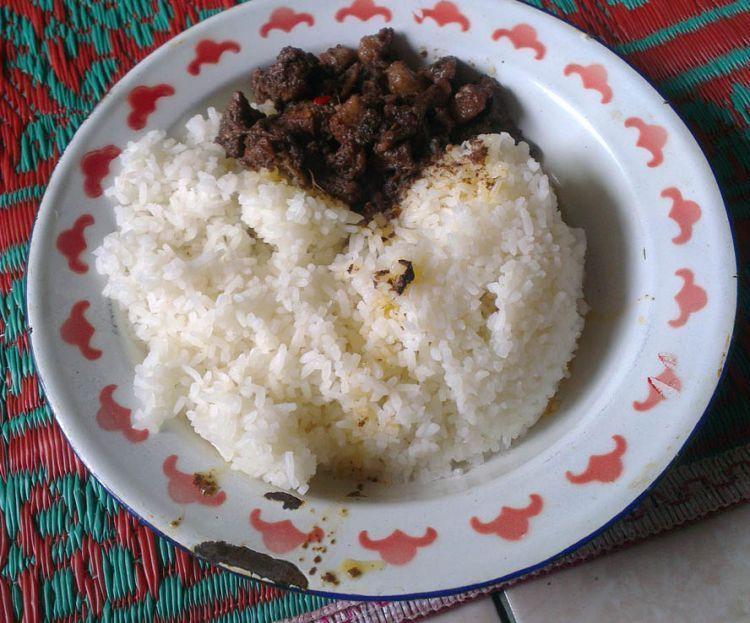 Saksang babi dengan nasi putih