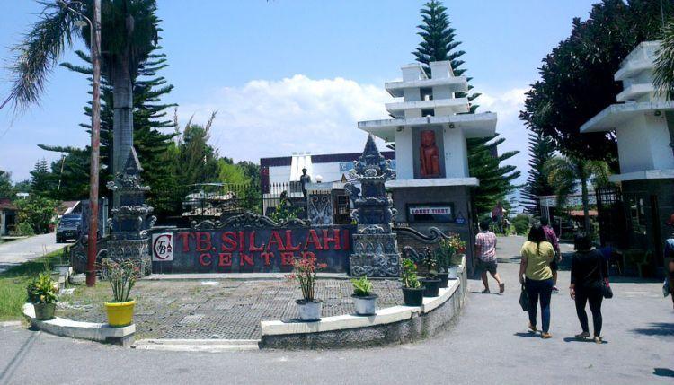 Pintu masuk TB Silalahi Center