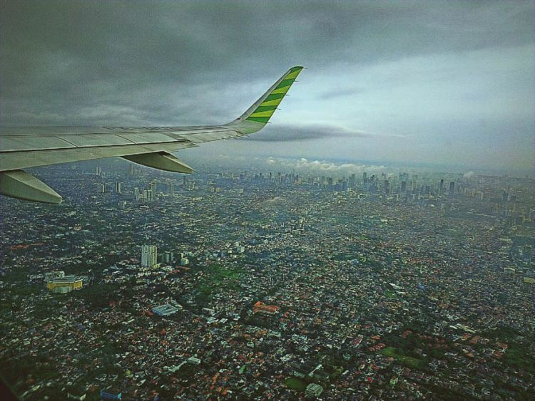 Dari balik jendela pesawat terbang
