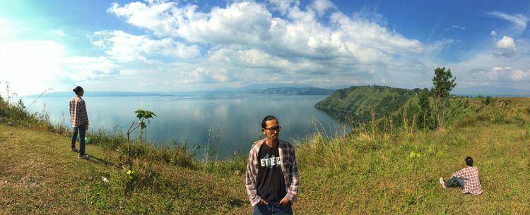 Pemandangan Danau Toba dari atas Bukit Tarabunga