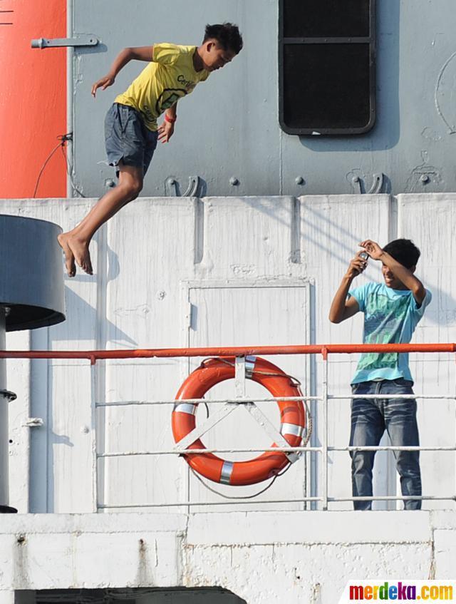 Bocah penangkap koin di kapal feri