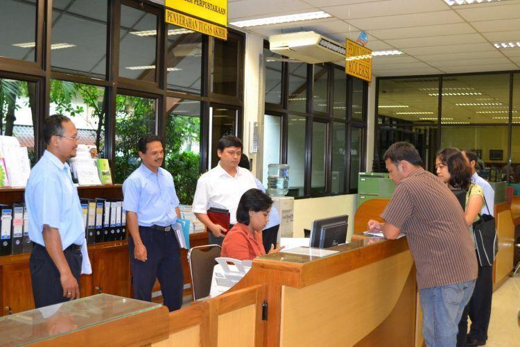 petugas perpustakaan