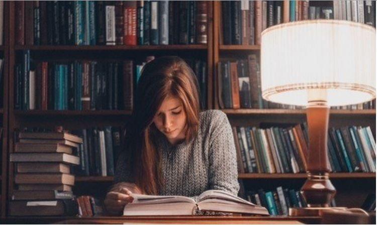 Duduk dan baca dalam jarak 30 cm