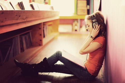 Istirahat sambil mendengarkan musik kesukaanmu