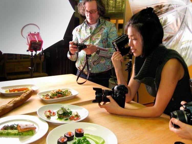 Food photographer punya sense yang baik dalam menata masakan.