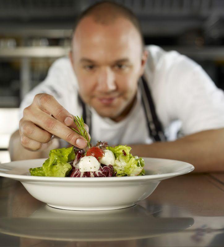 Food stylist menata makanan agar tampak menggoda.