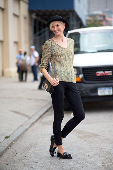 Sweater tipis dengan tambahan topi sebagai aksesoris