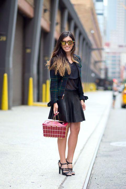 Kemeja tartan pun bisa jadi teman yang cocok untuk outfit femininmu