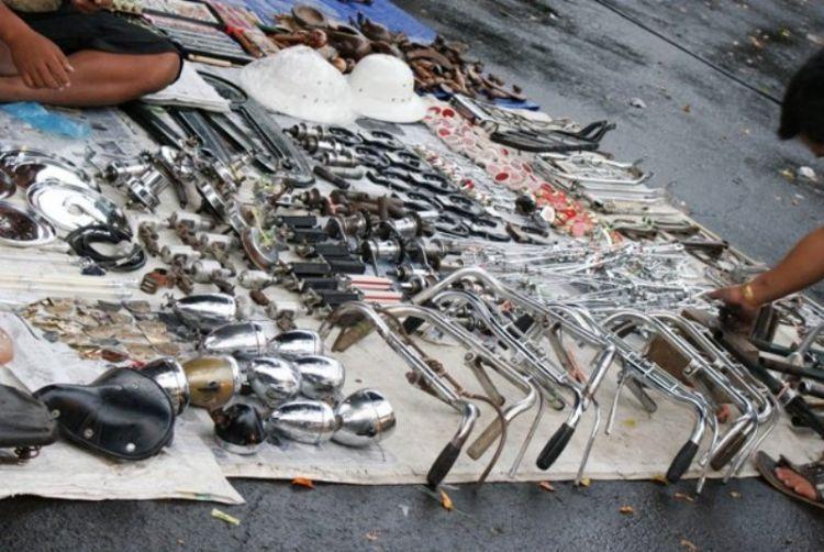 Jual barang bekas kayak di klithikan.