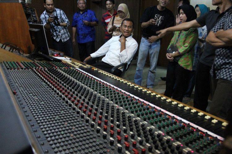 Dahlan Iskan berkunjung ke studio musik Lokananta.