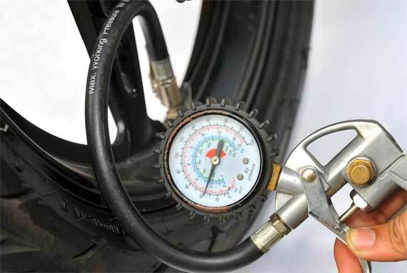 Cek tekanan ban motor