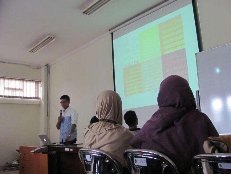 Latihan presentasi di depan teman-teman